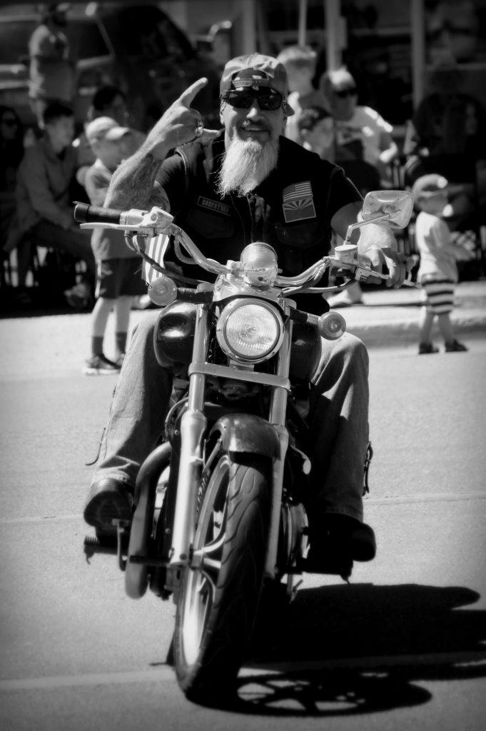 Bikerbart-Mann-mit-Bart-auf-Motorrad